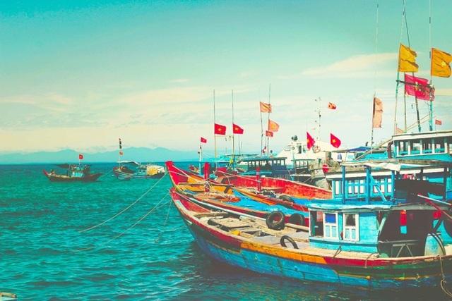 Bình yên là khi bạn được ngắm nhìn sắc màu tổ quốc hoà vào thiên nhiên và nhịp sống thường nhật. Biển Việt Nam không chỉ mang lại giá trị kinh tế mà còn là chỗ dựa tinh thần cho biết bao ngư dân. (Ảnh dự thi của Nguyên Nguyễn).