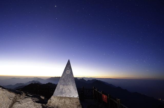 Trên đỉnh Phan Si Păng khi màn đêm buông xuống