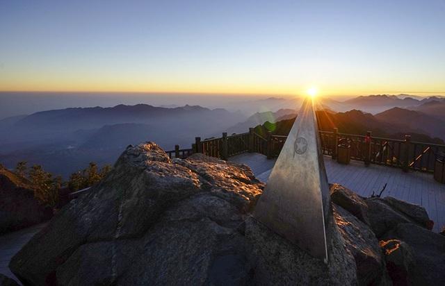 Đón những tia nắng đầu tiên trên đỉnh núi cao nhất Đông Dương