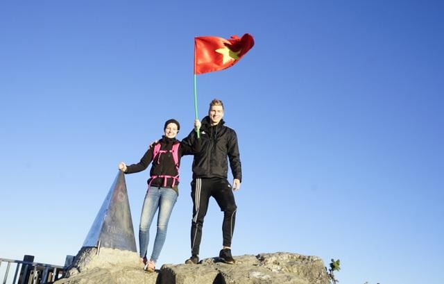 """Du khách quốc tế thích thú chụp ảnh lưu niệm trên đỉnh """"nóc nhà Đông Dương"""""""