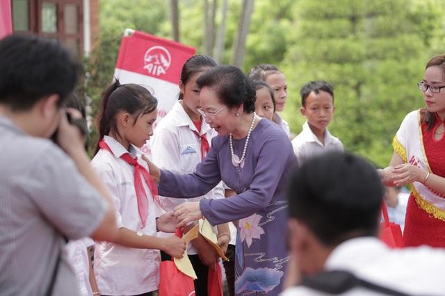 Nguyên Phó Chủ tịch nước Nguyễn Thị Doan tặng quà cho các cháu học sinh trong Chương trình Hành trình Cuộc sống tổ chức tại Nghệ An