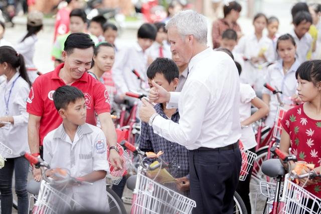 Tổng Giám đốc AIA Việt Nam, ông Wayne Besant trao tặng xe đạp cho các cháu học sinh có hoàn cảnh khó khăn trong Chương trình tại Nghệ An