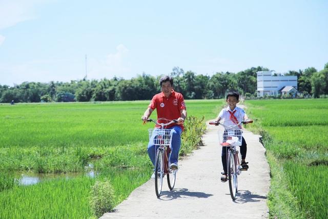 Phó Tổng Giám đốc Kênh Exchange AIA Việt Nam, ông Nguyễn Hoài Linh đến thăm nhà một cháu học sinh khó khăn được nhận xe đạp và hợp đồng bảo hiểm tại Quảng Nam