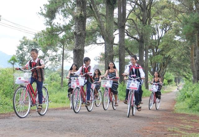 Niềm vui của các cháu học sinh trên những chiếc xe đạp được tặng tại Gia Lai..