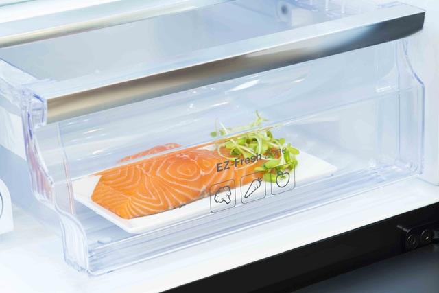 Ngăn làm mát Fresh Zone cung cấp nhiệt độ thích hợp để bảo quản thịt cá giúp giữ trọn hương vị và độ dinh dưỡng