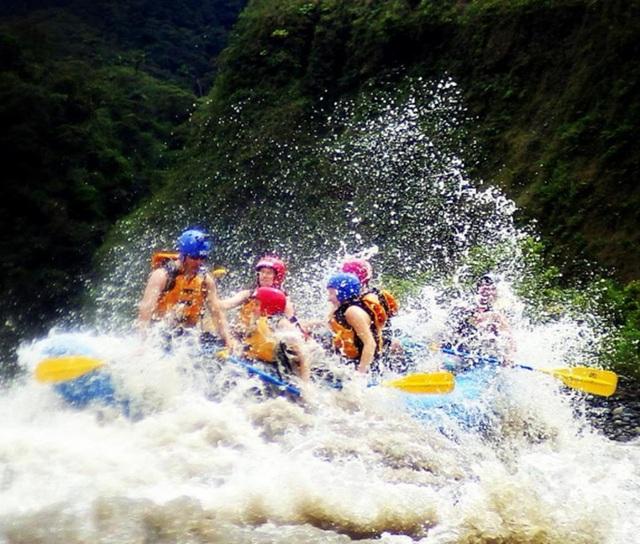 Vượt thác cùng khách du lịch ở Ecuador