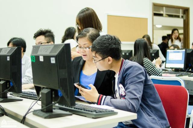 Thí sinh đăng ký xét tuyển trực tuyến vào trường Đại học Hoa Sen.
