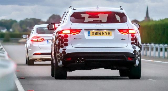 Jaguar Land Rover trình diễn các công nghệ lái tự động và kết nối tại Công viên công nghệ Horiba Mira ở Anh.