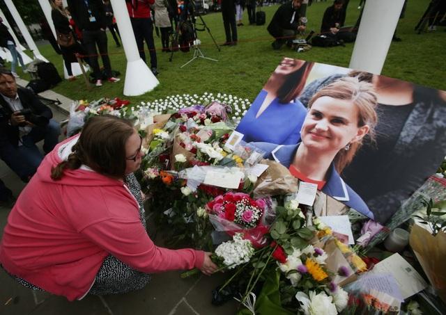 Người dân đặt vòng hoa tưởng niệm nữ nghị sĩ Anh Jo Cox - người đã thiệt mạng sau khi bị bắn và đâm bằng dao trong một vụ tấn công kinh hoàng khi đang chuẩn bị gặp gỡ các cử tri tại Birstall, gần thành phố Leeds, phía bắc nước Anh. Vụ sát hại nghị sĩ Jo Cox đã làm chấn động nước Anh và gióng lên hồi chuông báo động về tình hình an ninh tại quốc gia này. (Ảnh: PA Wire)