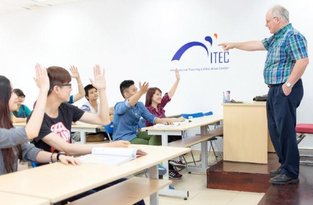 Sinh viên ngành Khoa học Quản lý, chuyên ngành Kinh doanh Quốc tế trong giờ học với giảng viên Keuka, Hoa Kỳ
