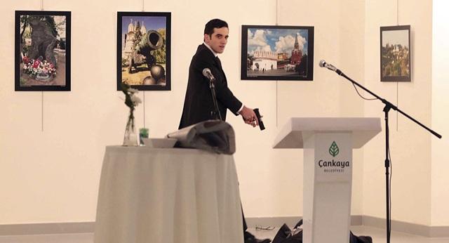 Tay súng sát hại đại sứ Nga Andrey Karlov tại triển lãm ở Ankara hôm 19/12. (Ảnh: AP)