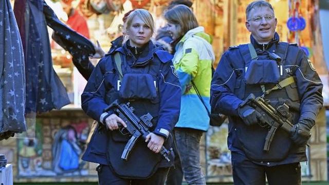Cảnh sát tuần tra một chợ Giáng sinh tại Dortmund của Đức. (Ảnh: Australian)