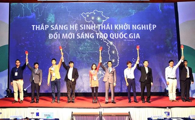 Phó Thủ tướng Vũ Đức Đam nâng cao ngọn đuốc, tiếp lửa cho phong trào đổi mới sáng tạo Việt Nam.