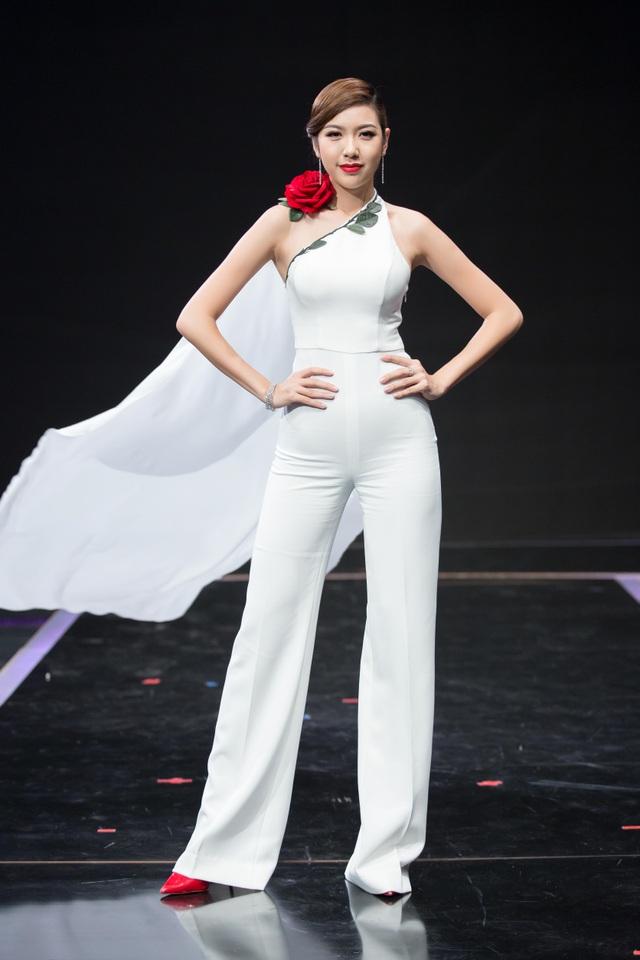 Á hậu quốc tế người Việt Nam đầu tiên khoe vẻ thanh lịch trong bộ cánh màu trắng