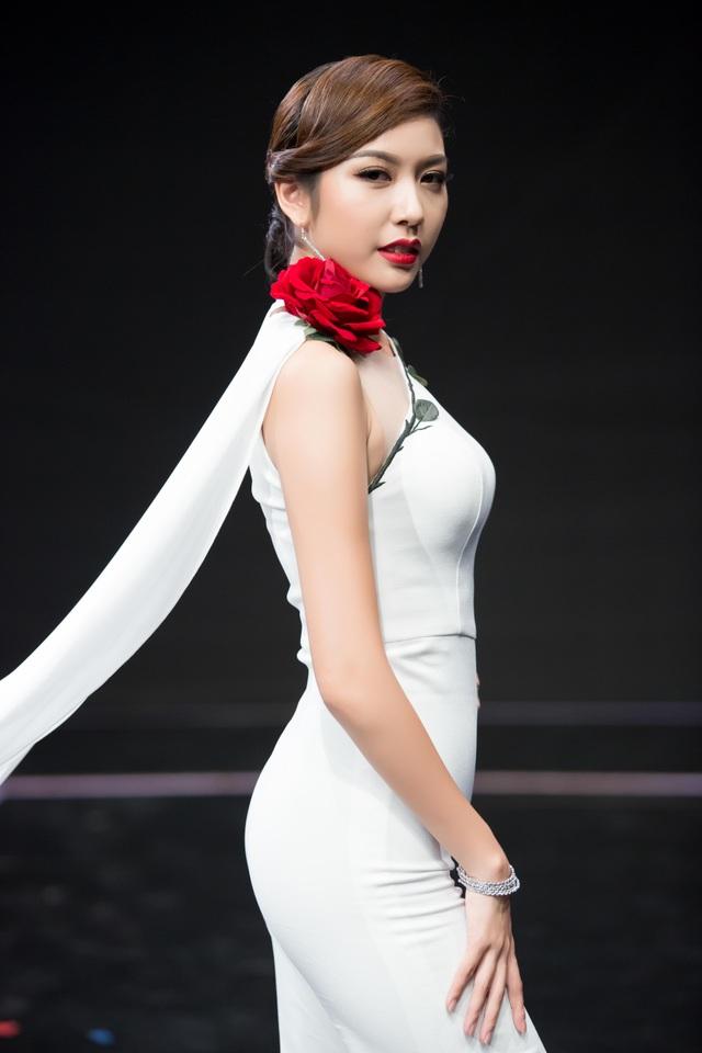 Gần đây người đẹp 9X rất đắt show làm MC, giám khảo