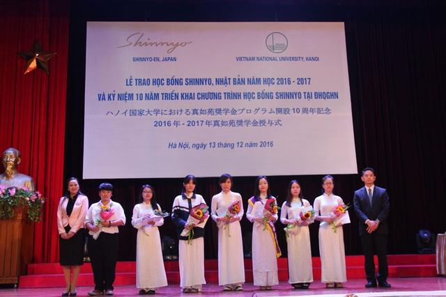 Ông Nakazawa Tetsuro, đại diện Quỹ Shinyo trao học học bổng đến các em sinh viên Đại học Quốc gia Hà Nội