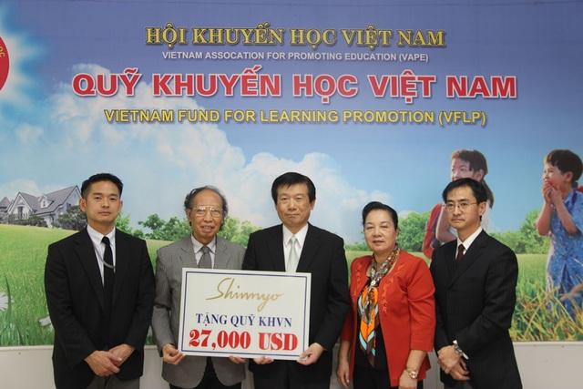 Ông Junichi Kitamura (giữa), đại diện Tổ chức Shiinyo-en Nhật Bản trao 27,000 USD đến nhà báo Phạm Huy Hoàn, Tổng Biên tập báo Dân trí, Giám đốc Quỹ Khuyến học Việt Nam