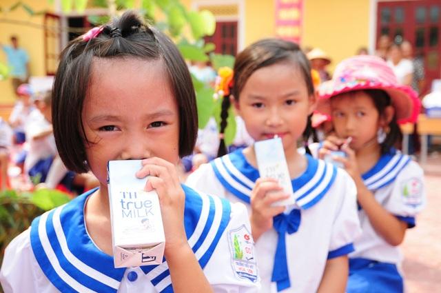 Học sinh tiểu học tại Nghệ An được sử dụng những ly sữa tươi học đường TH school MILK chất lượng không thua kém sản phẩm học sinh Nhật Bản, Mỹ sử dụng.