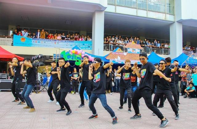 Vào buổi chiều, các sinh viên ĐH Kiến trúc đã có màn nhảy flashmob sôi động để khuấy động không khí sau buổi học