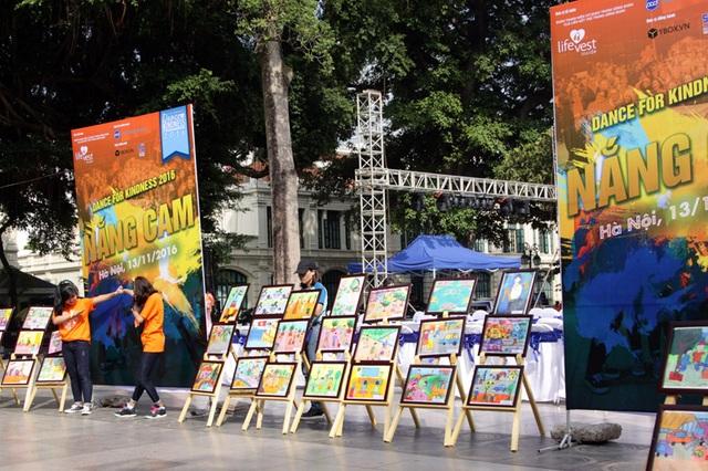 """Bên cạnh màn trình diễn flashmob, chương trình còn có hoạt động triển lãm tranh vẽ """"Sự tử tế qua con mắt thiếu nhi"""" do các em nhỏ thể hiện."""