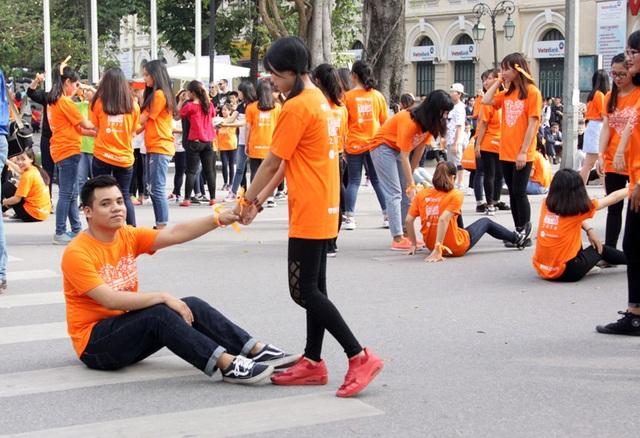 """Một nhóm bạn trẻ khác truyền tải thông điệp """"Tử tế đôi khi chỉ là giúp đỡ người khác đứng dậy khi vấp ngã"""""""
