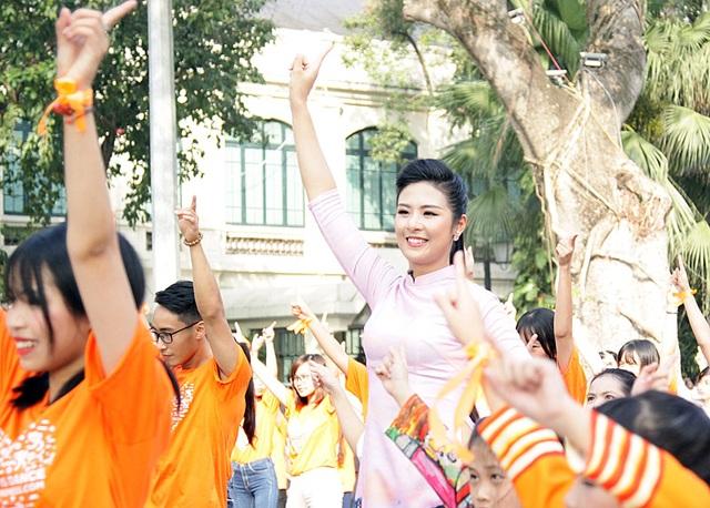 Hoa hậu Ngọc Hân diện áo dài do cô tự thiết kế để tham gia nhảy flashmob
