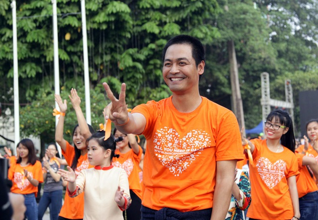 MC Phan Anh nhiệt tình trong mỗi bước nhảy