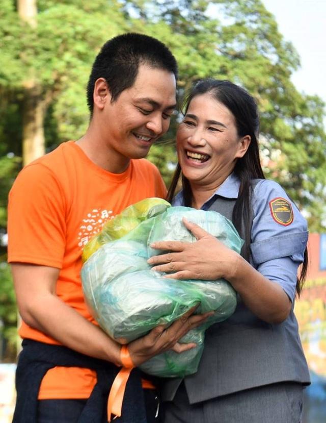 MC Phan Anh bất ngờ gặp lại người đã tặng bánh chưng cho mình khi anh đi tặng quà từ thiện ở vùng rốn lũ