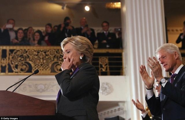 Bà Clinton đã rơi nước mắt trong bài phát biểu. (Ảnh: Getty)