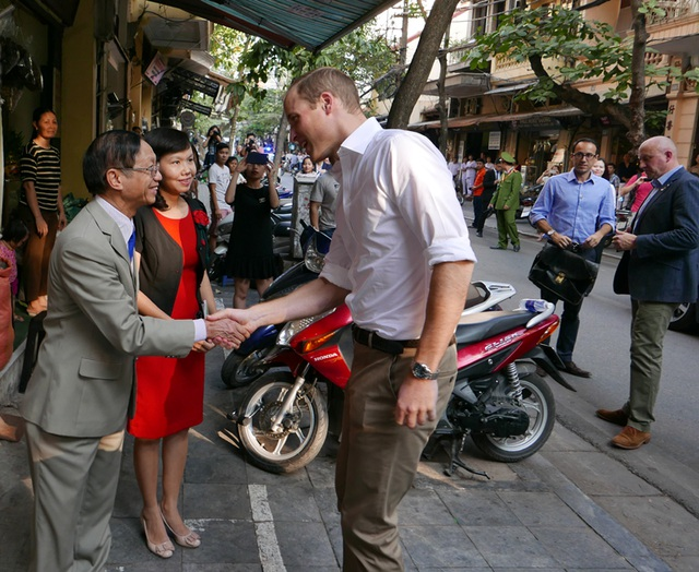 Hoàng tử William ghé thăm một cửa hàng bán thuốc đông y trên phố Lãn Ông, Hà Nội.