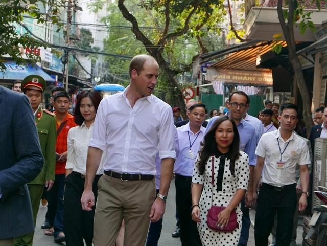 Hoàng tử William, người đứng thứ 2 trong thứ tự kế vị ngai vàng của Hoàng gia Anh, thoải mái đi dạo trên phố và giao lưu với người dân Việt Nam.