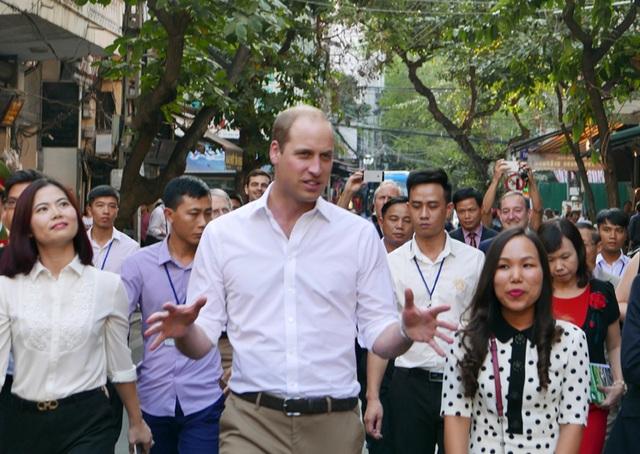 Hoàng tử Anh trên đường tới thăm trường tiểu học Hồng Hà trên phố Lãn Ông.