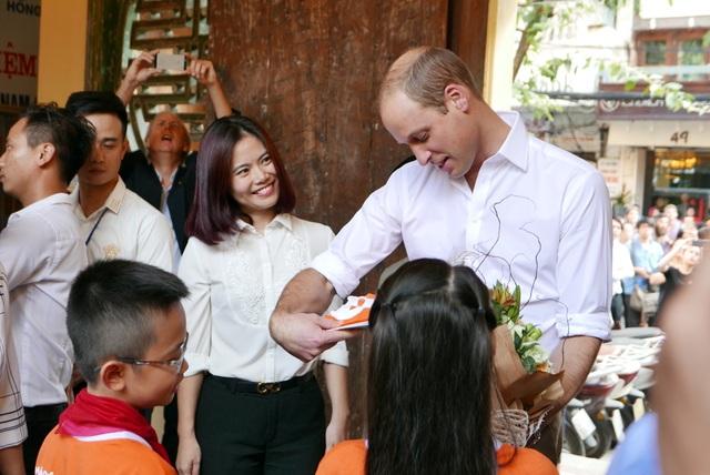 Các học sinh trường tiểu học Hồng Hà tặng hoa cho Hoàng tử Anh.