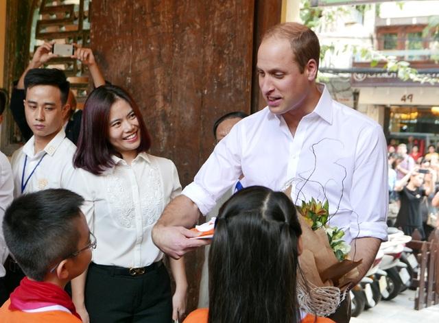 Trong khuôn khổ chuyến thăm Việt Nam kéo dài 2 ngày, Hoàng tử Anh William chiều qua đã tới thăm trường tiểu học Hồng Hà trên phố Lãn Ông, Hà Nội. Cô, trò nhà trường ra cổng để chờ đón Hoàng tử.
