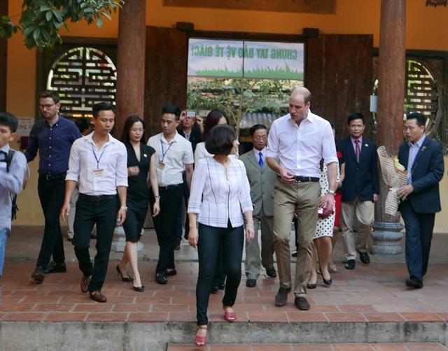 Hoàng tử William trò chuyện với các thày cô giáo khi vào thăm trường.
