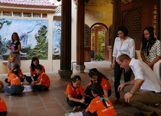 Sau đó, Hoàng tử ra sân trường để tìm hiểu về các trò chơi dân gian của Việt Nam.