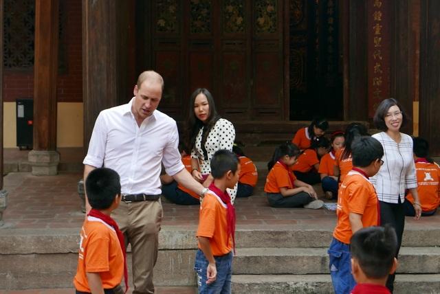 Hoàng tử cũng dành thời gian tham gia chơi đá bóng cùng các học sinh nam.
