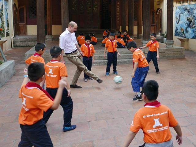 Hoàng tử William thích thú với màn chơi bóng cùng các học sinh tới nỗi khi được thông báo đã muộn thời gian so với lịch trình, Hoàng tử đáp: Tôi đang rất hứng thú. Tôi muốn chơi thêm chút nữa với các em.