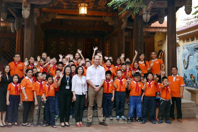 Cô trò trường tiểu học Hồng Hà chụp ảnh lưu niệm với Hoàng tử William.