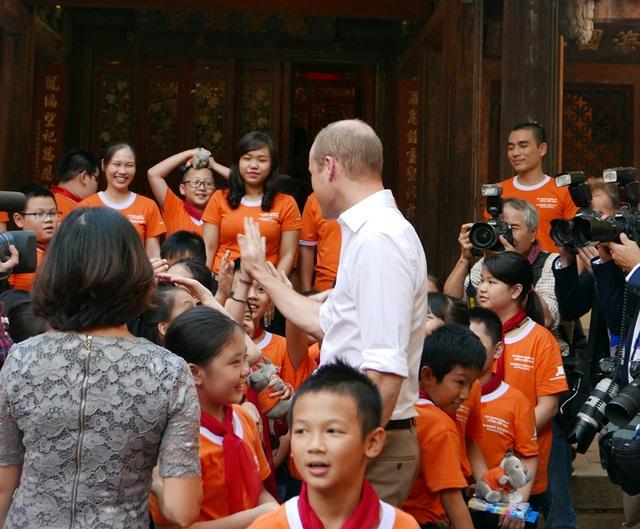 Các học sinh tạm biệt Hoàng tử William.