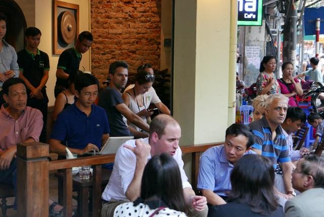Hoàng tử Anh William uống cà phê, dạo phố cổ Hà Nội - 16