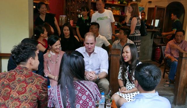 Hoàng tử Anh William uống cà phê, dạo phố cổ Hà Nội - 20