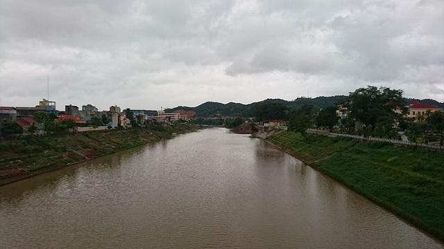 Mực nước sông Kỳ Cùng khá thấp, ảnh chụp trên cầu Đông Kinh - TP Lạng Sơn.