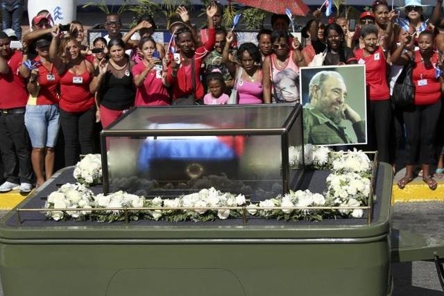 Đoàn xe chở tro cốt của cố lãnh tụ Fidel Castro vượt hành trình hơn 800km về cái nôi cách mạng Santiago. (Ảnh: Reuters)