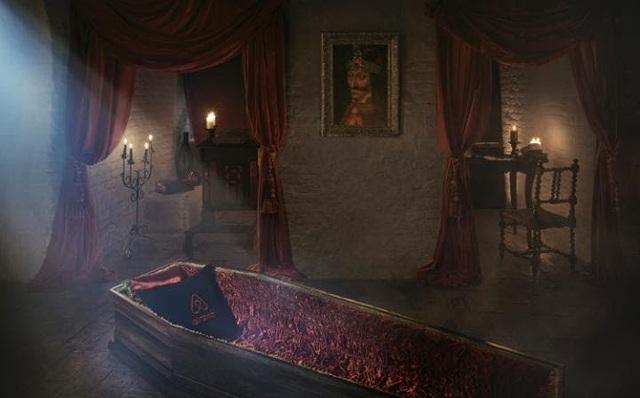 Lâu đài ma cà rồng mời khách ngủ trong quan tài - 1