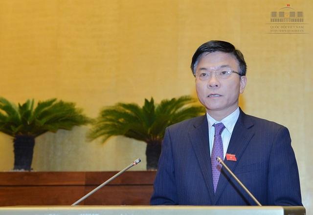 Bộ trưởng Tư pháp Lê Thành Long trình bày báo cáo về công tác thi hành án năm 2016 của Chính phủ.
