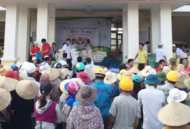 LG thực hiện trao quà bao gồm tiền, gạo, nước mắm, cá khô… đến 300 hộ nghèo