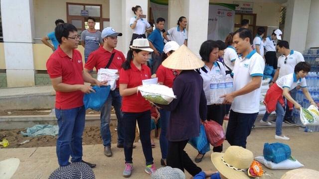 Đoàn thiện nguyện trao quà tận tay cho những hộ gia đình chịu thiệt hại do lũ