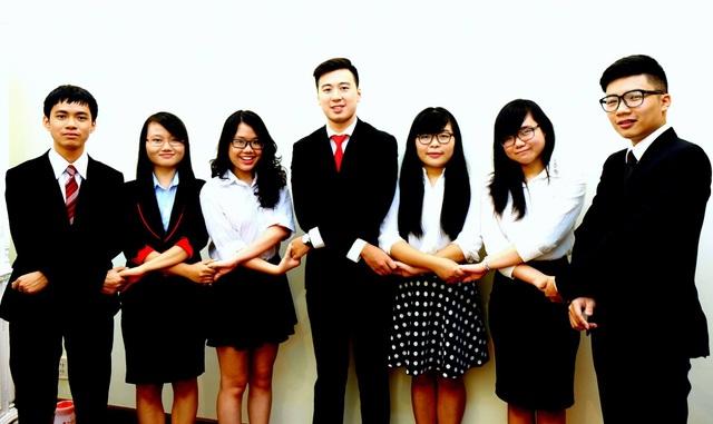 Linh và các thành viên đồng sáng lập Tổ chức hợp tác thanh niên Việt Nam - VYCO.