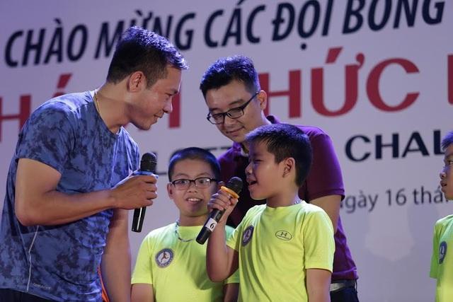 Xạ thủ Hoàng Xuân Vinh giao lưu với các cầu thủ nhí